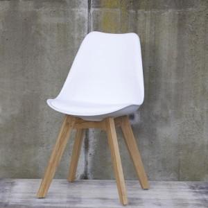 teakhouten tafel met kunststof stoelen en houten onderstel. Black Bedroom Furniture Sets. Home Design Ideas