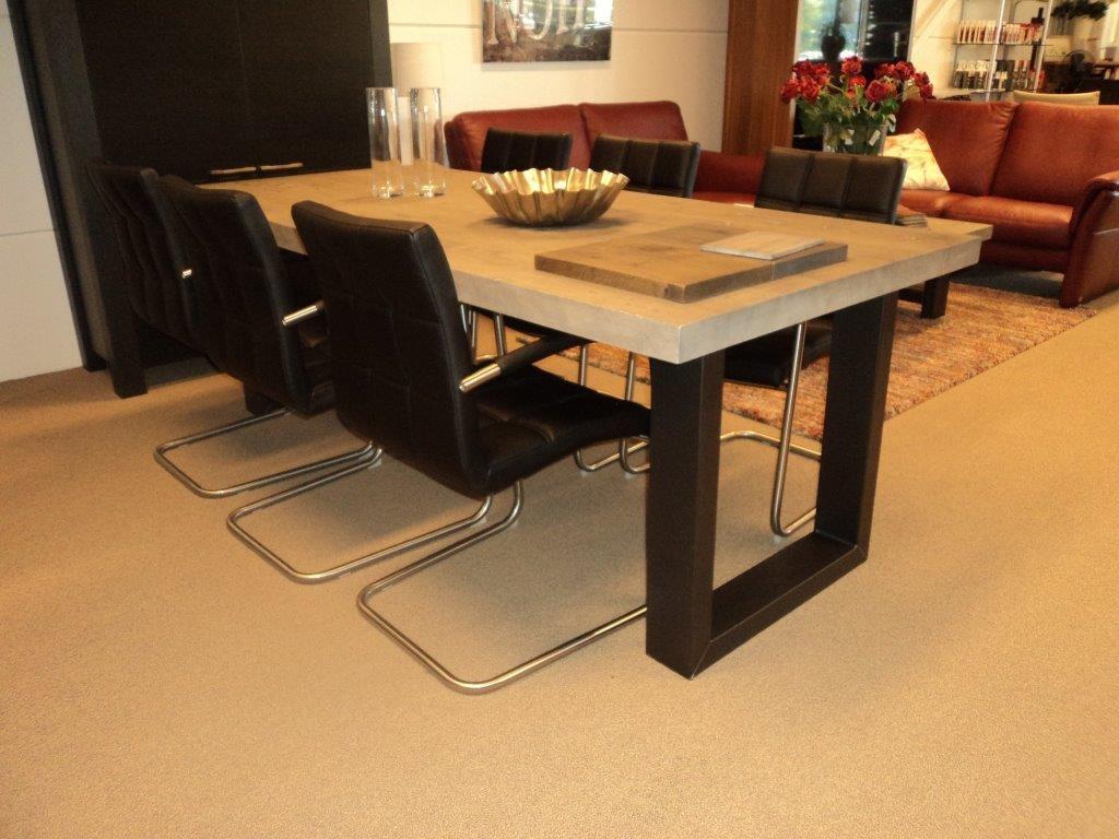 Stoere rustieke tafel met metalen onderstel